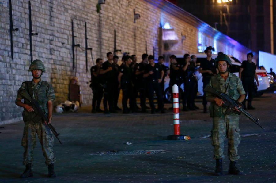 Policiers sous contrôle de l'armée place Taksim à Istanbul
