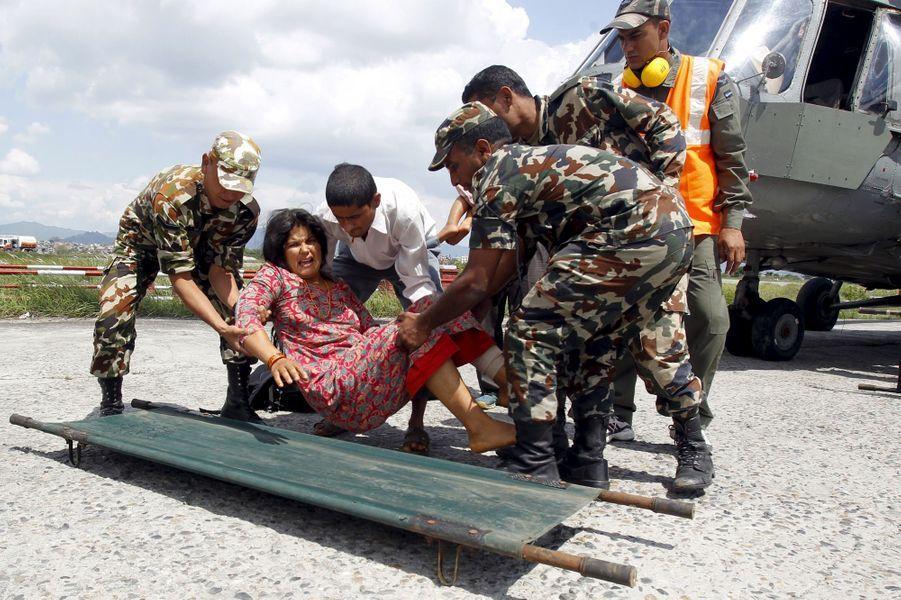 Le difficile travail des secouristes