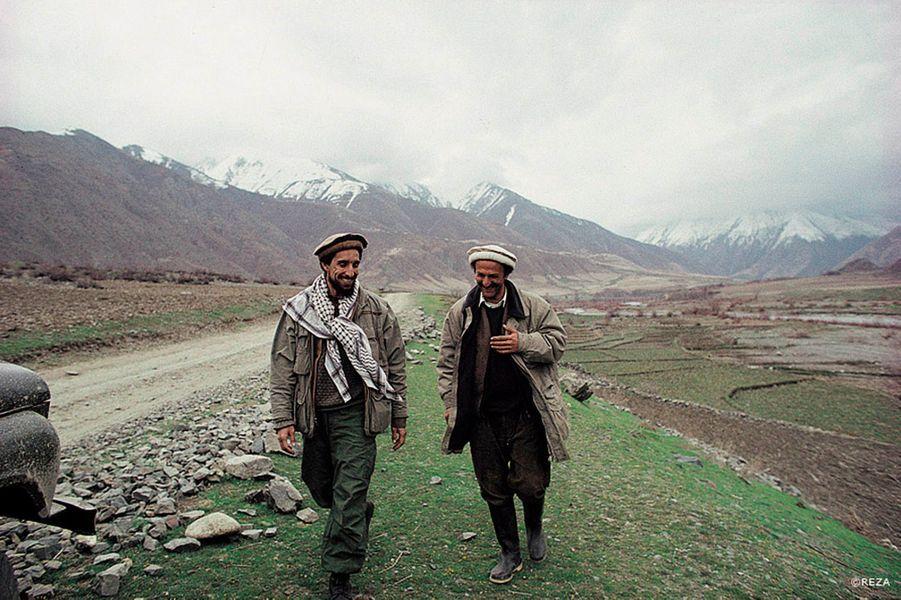 Le 9 septembre 2001, le commandant Massoud était abattu par deux hommes déguisés en journalistes. C'était il y a douze ans jour pour jour. Le grand photographe français d'origine iranienne, Reza, prépare un livre numérique sur celui qui a combattu les Soviétiques avant de s'opposer aux talibans, sur le chef de guerre qui n'a connu que le fracas des batailles mais n'a jamais cessé de rêver à la paix, sur l'homme «simple et chaleureux» qui a été son ami pendant seize ans. Pour financer ce beau projet intitulé «Massoud, guerrier de la paix», Reza lance une opération de collecte de fonds en ligne du 9 septembre au 23 octobre 2013 sur la plateforme de financement participatif KissKissBankBank.com . Voici quelques-unes des images qui y figureront.La présentation du projet sur Kisskissbankbank: www.kisskissbankbank.com/massoud-guerrier-de-la-paix-par-rezaLe site de Reza: www.rezaphoto.orgCi-dessus: le commandant Massoud et celui qui est devenu son ami, le photographe, Reza.