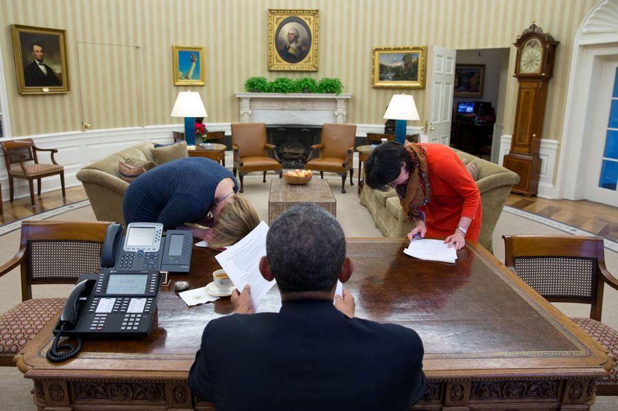 7 février. Des collaboratrices de Barack Obama littéralement pliées de rire après une blague du président