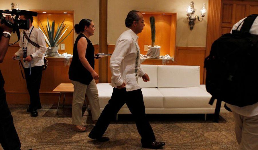 Felipe Calderon (PAN) a été élu pour un mandat unique de six ans en 2006. Il succédait à Vincent Fox qui avec son parti de droite libérale, le PAN, écartait du pouvoir pour la première fois en 71 ans, le PRI, Parti Révolutionnaire Institutionnel.