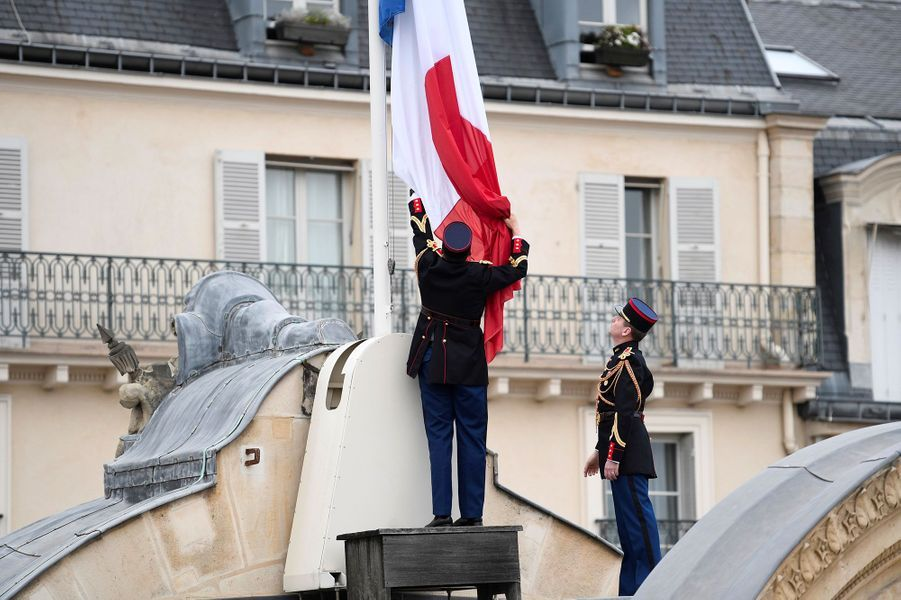 Garde Républicain met les drapeaux de l'Élysée en berne, Paris, le 23 mai 2017.