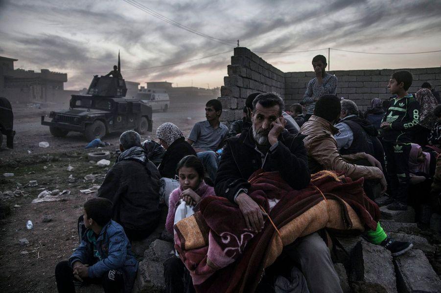 Laurent Van der Stockt Visa d'Or News, pour son reportage sur la bataille de Mossoulpour Le Monde / Getty Images ReportageQuartier Saddam, Mossoul, 6 novembre 2016. Les habitants, pris entre deux feux, fuient les combats menés par la Golden Division (CTS, Service de contre-terrorisme irakien) contre les combattants de Daech. Certains trouvent à être hébergés dans les faubourgs déjà sécurisés, d'autres se dirigent vers les camps installés à la périphérie de la ville.