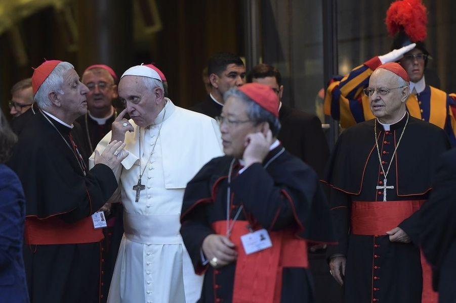 « Récréation » lors de la journée de clôture du synode des évêques sur la famille, le 18 octobre 2014, à Rome : le pape François et le cardinal Giuseppe Versaldi, président de la Préfecture pour les afaires économiques du Saint-Siège.Plutôt que la paille dans l'oeil du voisin, il regarde la poutre dans celui del'Eglise. Et ne se fait pas que des amis au Vatican. Les scandales survenus avant le dernier conclave ont montré l'ampleur de la crise. Ils sont pour beaucoup dans la renonciation deBenoît XVI. Les cardinaux électeurs qui ont placé François à la tête de l'Eglise catholique attendaient de lui une réforme de lacurie. Pas un bouleversement. Mais les rares oppositions sont tempérées par une proximité nouvelle avec ce pape. Lors du dernier synode, il a pris, tous les matins, le café avec les cardinaux. Une des clés de sa réussite.Toujours là où on ne l'attend pas. Avec la même obsession : ne pas se couper du monde. Ce jour-là, c'est au self du personnel (photo 5) que le chef de l'Eglise catholique arrive sans prévenir. Et pas seulement pour saluer les électriciens, plombiers, jardiniers et autres artisans de la cité papale. « Il était dans la file comme tout le monde, a pris un plateau, des couverts et attendu pour se faire servir », raconte le responsable de la cantine. A son menu : pâtes sans sauce, cabillaud, gratin de légumes, quelques frites, une pomme et de l'eau – « même pas pétillante ». Son moment préféré du repas : le dessert, surtout quand il y a du « dulce de leche ». Le Pape montre un véritable intérêt pour les gens. Il pose des questions sur le métier, les enfants, la famille...