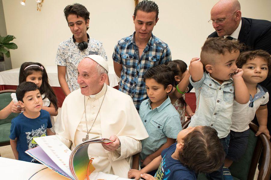 Le pape François a invité jeudi à déjeuner au Vatican les 21 demandeurs d'asile syriens qu'il a fait venir à Rome.