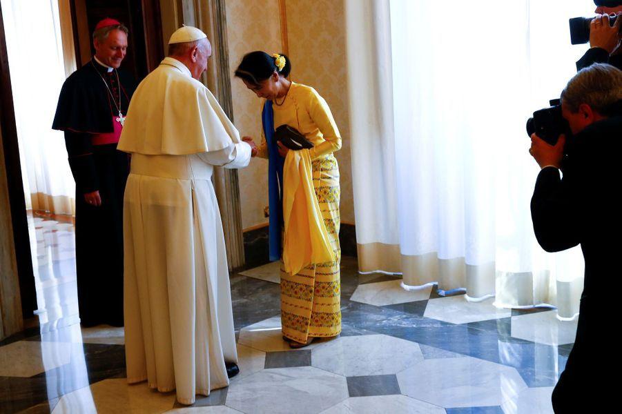 Aung San Suu Kyi et le pape François au Vatican, le 4 mai 2017.