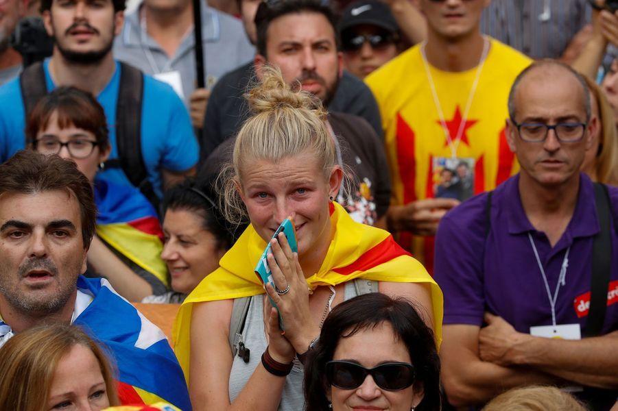 Plusieurs dizaines de milliers de manifestants indépendantistes massés à l'extérieur du parc abritant le parlement catalan à Barcelone ont salué par des clameurs de joie l'annonce de la proclamation d'une République catalane vendredi après-midi