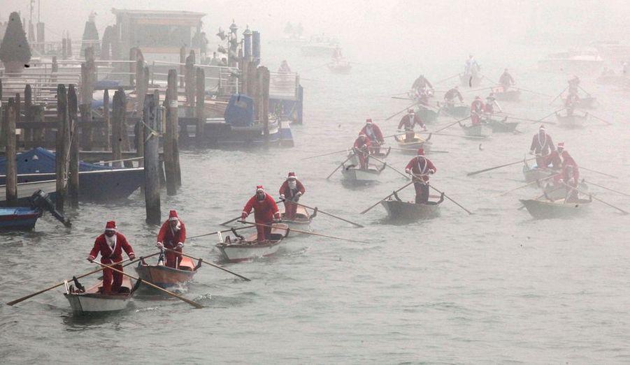 Le père Noël fait un tour de gondole à Venise