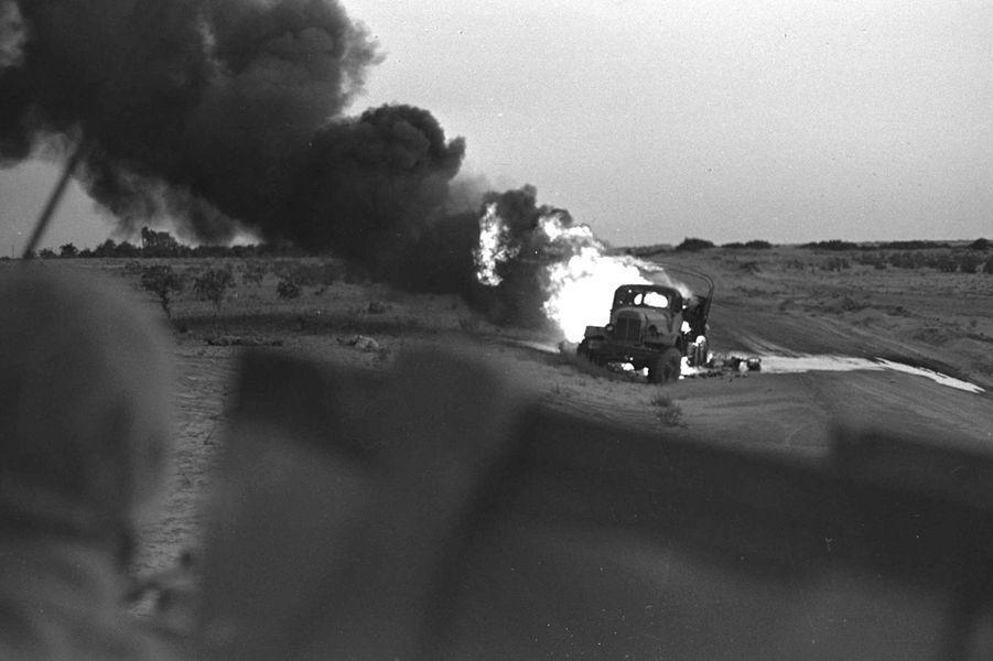 Explosion d'un véhicule photographiée dans le Sinaï par David Rubinger, le 5 juin 1967.