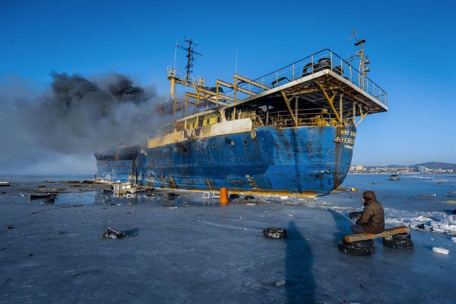 Le navireYeruslan en flammes