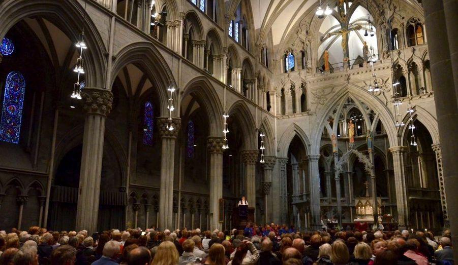 L'archevêque Tor Singsaas s'adresse à la foule réunie à la Cathédrale de Trondheim.