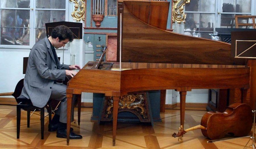 La Fondation internationale Mozarteum a dévoilé dimanche à Salzbourg (Autriche), deux nouvelles partitions pour piano composées par le célèbre Wolfgang Amadeus Mozart, découvertes plus de 200 ans après sa mort. Mozart devait avoir 7 ou 8 ans lorsqu'il a composé ce mouvement de concerto et ce prélude. C'est le claveciniste autrichien Florian Birsak qui a eu l'honneur interpréter les deux compositions.
