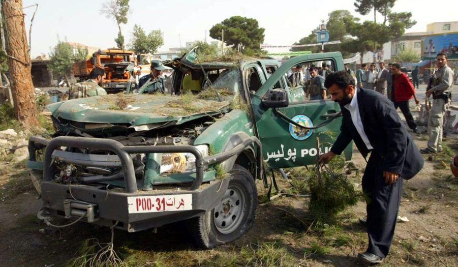 Cinq soldats de l'Otan, dont trois Américains, ont été tués samedi et dimanche dans des attaques dans le sud et l'est de l'Afghanistan. Samedi, l'Otan avait déjà annoncé la mort de quatre autres militaires étrangers, un Français et trois Américains. Les pertes étrangères en Afghanistan, avec 75 morts, avaient atteint au mois de juillet un record absolu depuis la chute des talibans fin 2001.Les violences redoublent avant les élections présidentielles du 20 août.