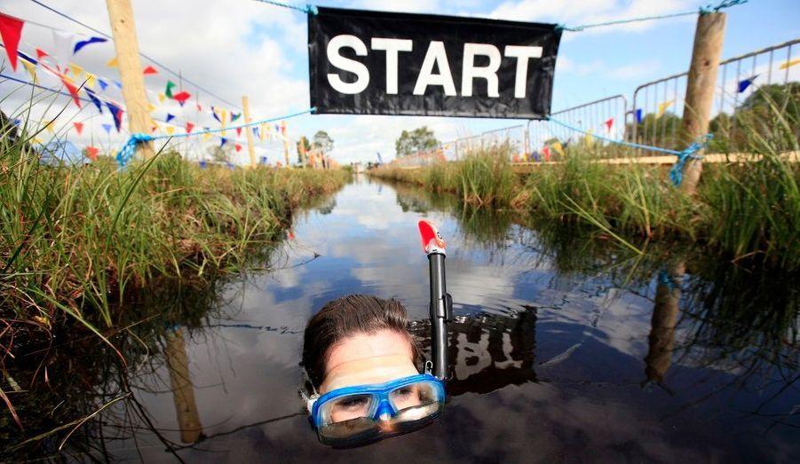 """Dimanche a eu lieu le """"World Bog Snorkelling Championships"""". Cette compétion se déroule au nord de l'Irlande et le but est de faire un aller-retour d'environ 200 mètres dans un bassin de boue. En revanche, si masques, palmes et tubas sont autorisés, il est interdit de pratiquer une nage traditionnelle pour se déplacer."""