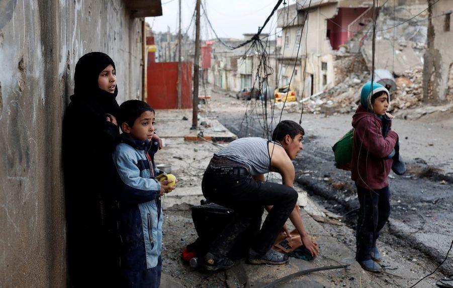 Les Civils Fuient En Nombre Les Combats À Mossoul Et En Syrie  4