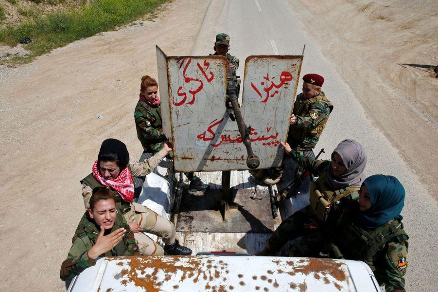 Au centre, Asema Dahir, 21 ans, avec ses camarades de l'unité de Nawaran, en Irak.