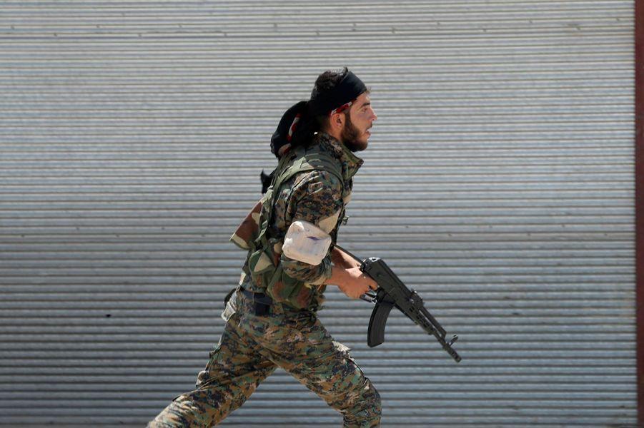 Les combattants kurdes se battant pour la reprise de Raqqa, en Syrie, le 3 juillet 2017.