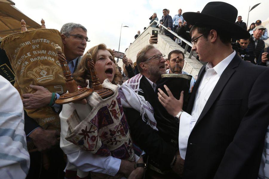 Des femmes ont réussi à prier avec des rouleaux de la Torah devant le mur des Lamentations à Jérusalem, le 2 novembre 2016.