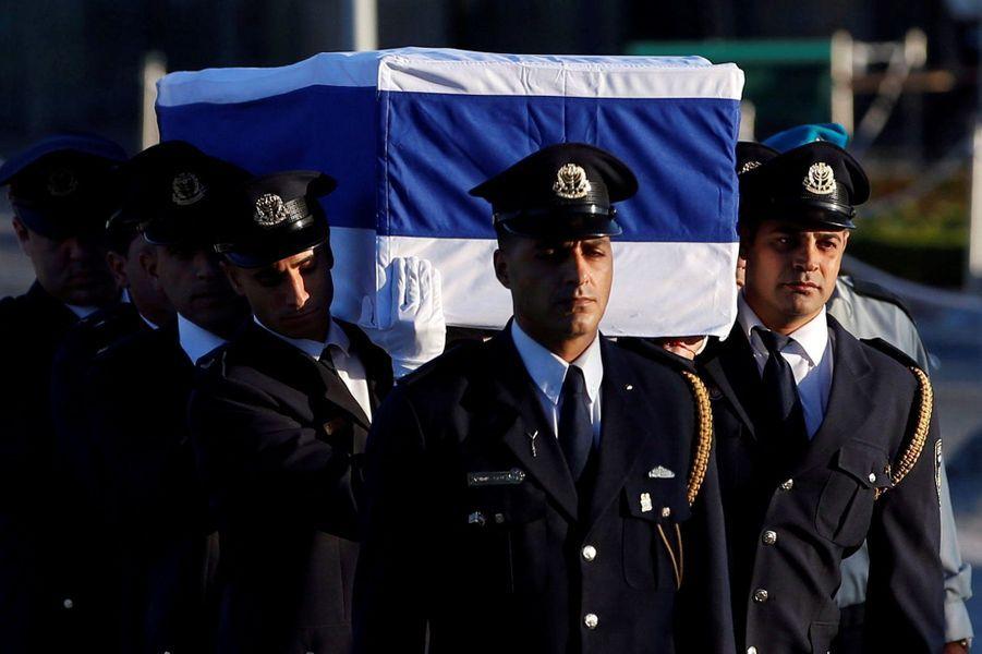 Recueillement devant le cercueil de Shimon Peres, exposésur le parvis du Parlement à Jérusalem.