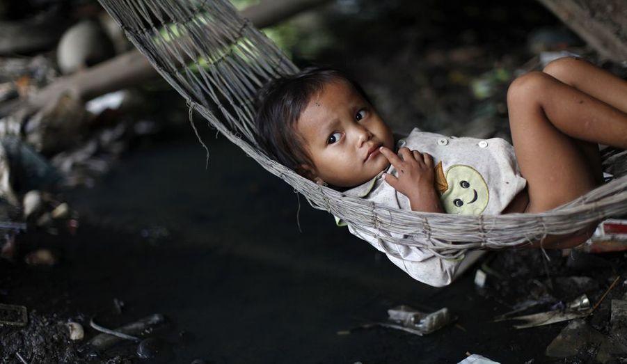 Quel sera l'avenir de cette petite fille ? Trente ans après Pol Pot, le Cambodge s'est engagé dans un capitalisme dont la sauvagerie rend chaque jour plus criantes les inégalités sociales. Des 4x4 flambants neufs qui sillonnent désormais les rues de Phnom Penh, ces petits chiffonniers ne connaissent que les pneus crevés échoués dans la décharge de Steng Meanchey.