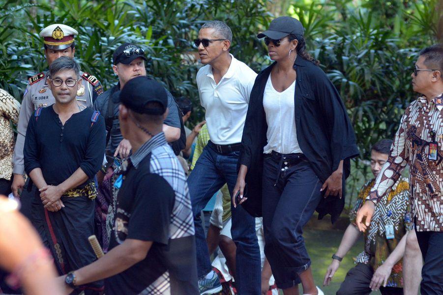 Barack et Michelle Obama visitant letemple Borobudur en Indonésie, le 28 juin 2017.