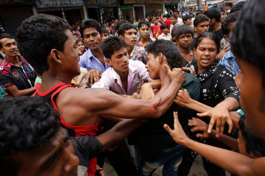 Cinq mois après le drame du Rana Plaza, qui a fait au moins 1133 morts, des centaines de milliers d'ouvriers du textile du Bangladesh sont descendus dans les rues, lundi, au Bangladesh. Les manifestants ont bloqué des rues et mis le feu à des usines pour protester contre leurs conditions de travail et exiger un salaire minimum de 100 dollars par mois. Une «impatience justifiée», selon Nayla Ajaltouni, du Collectif Ethique sur l'étiquette, qui rappelle qu'une telle mobilisation avait déjà eu lieu en 2010. Le gouvernement avait alors doublé les salaires des ouvriers, ce qui ne leur permet toujours pas de vivre décemment. Pour ce qui concerne l'effondrement de l'usine en avril, Peuples Solidaires et le Collectif Ethique sur l'étiquette se battent toujours pour que les marques concernées indemnisent les victimes. Onze d'entre elles ont participé à une réunion les 11 et 12 septembre, confirmant leur engagement à participer au fond –«même si c'est très long, et qu'il n'y a toujours pas de montant», a nuancé Nayla Ajaltouni, interrogée par Paris Match. «La grosse déception, en revanche, est que la plupart des grosses enseignes, dont Carrefour et Auchan, n'étaient pas présents», a-t-elle précisé.