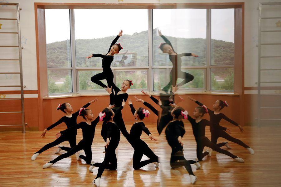 Au sein du palais des enfants de Mangyongdae à Pyongyang, les petits Nord-Coréens apprennent la musique, la danse, l'art...