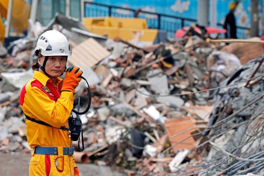 Un secouriste devant des débris, le 8 février 2018