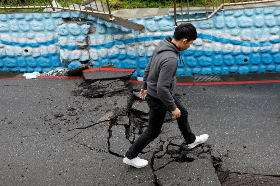 Route détruite par le séisme à Taïwan, le 8 février 2018