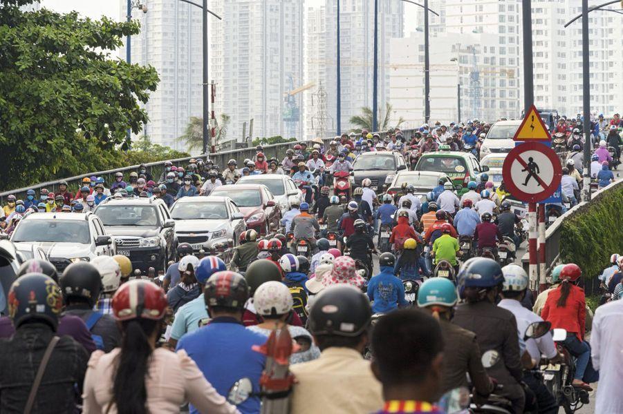 Devant les grilles de Notre-Dame de Saigon, pendant la messe du dimanche... Il reste des places assises dans l'église mais on est mieux dehors. Les catholiques représentent près de 7 % de la population.