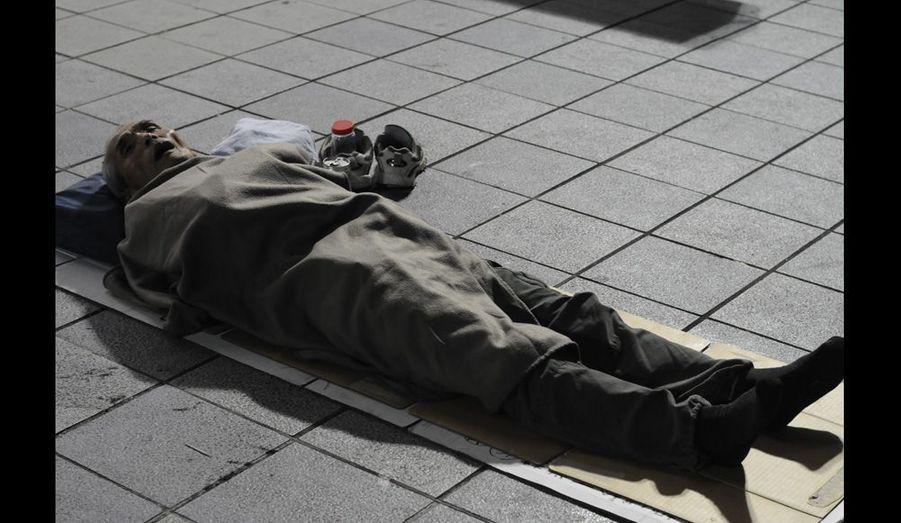 """Ils sont une cinquantaine de sans-abris à dormir sur cette place de Shinjuku, le """"quartier des plaisirs"""" de la capitale japonaise. L'entraide entre compagnons de galère n'existe pas."""