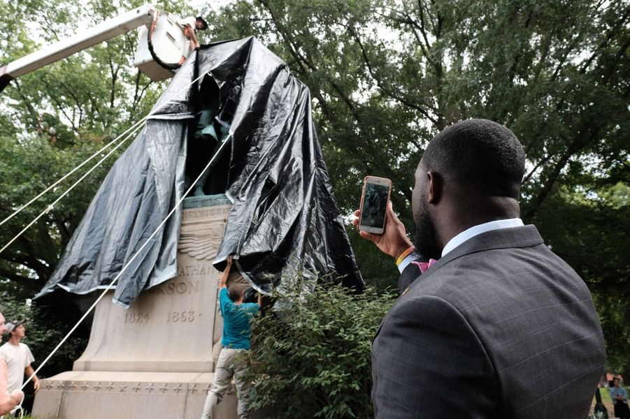 Les statues de figures confédérées ont été recouvertes de noir à Charlottesville, le 23 août 2017.