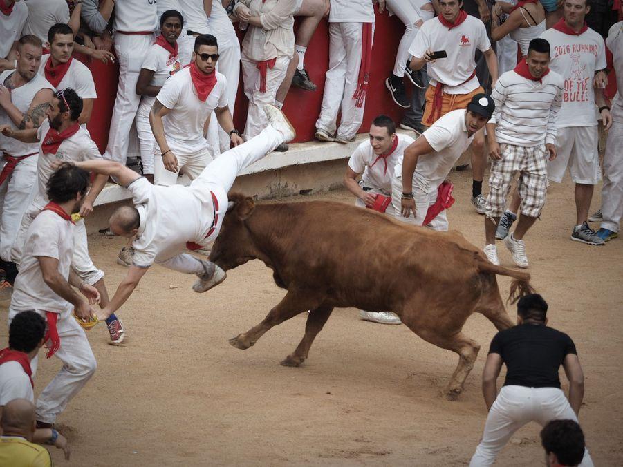Les taureaux sèment le chaos dans les rues de Pampelune