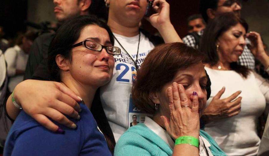 Des partisans d'Henrique Capriles pleurent sa défaite.