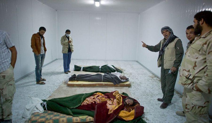 Alors que le colonel Kadhafi a été capturé puis tué à Syrte, son corps a été ramené à Misrata. Après deux jours, les corps du despote, de son fils Moatassim et de son ministre de la défense ont été transportés dans une chambre froide plus grande.