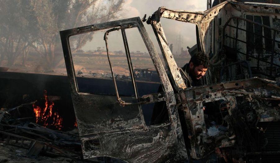 """""""Un véhicule blindé a été détruit à une centaine de kilomètres au sud de Benghazi par un Mirage 2000-D"""", a annoncé le colonel Thierry Burkhard, lors d'une conférence de presse."""