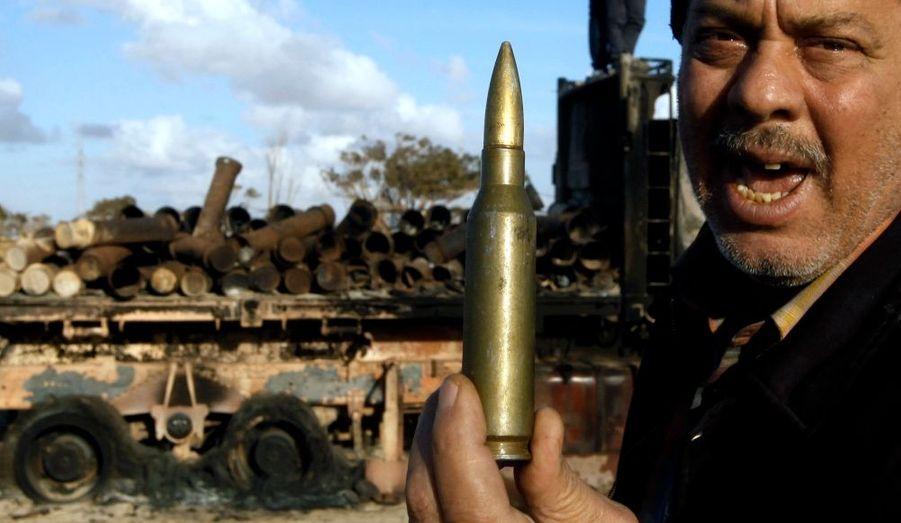 La munition montrée par un insurgé semble souligner que la guerre menée sur le terrain n'est pas encore terminée.