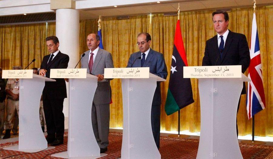 """Plus tôt dans la journée, Nicolas Sarkozy a déclaré que le colonel Kadhafi """"doit être arrêté et tous ceux qui sont inculpés par des juridictions internationales doivent rendre des comptes pour ce qu'ils ont fait. Nous appelons tous les pays qui ont sur leur sol des personnes recherchées à travailler avec les instances internationales pour que chacun rende des comptes sur ce qu'il a fait""""."""