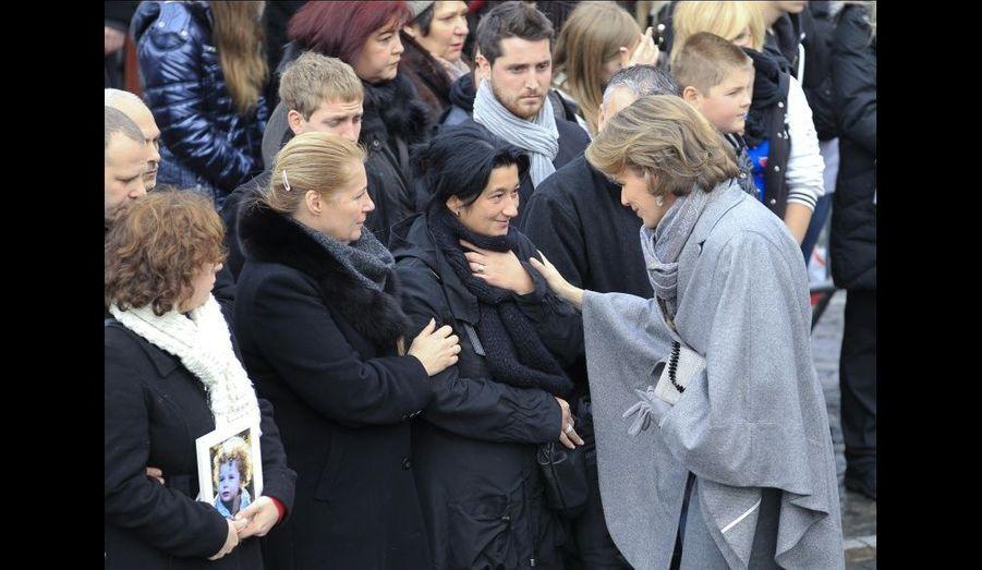 La princesse Mathilde a salué les proches des victimes après la cérémonie.