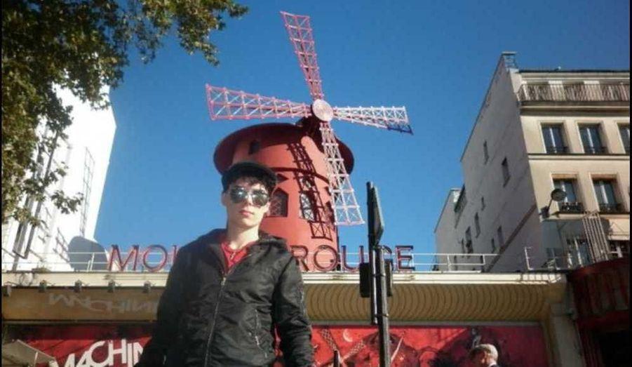 Devant le Moulin rouge