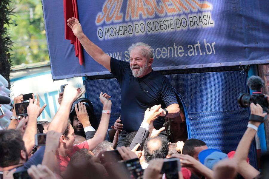 Lula acclamé par ses partisans ausiège du syndicat des métallurgistes de Sao Bernardo do Campo