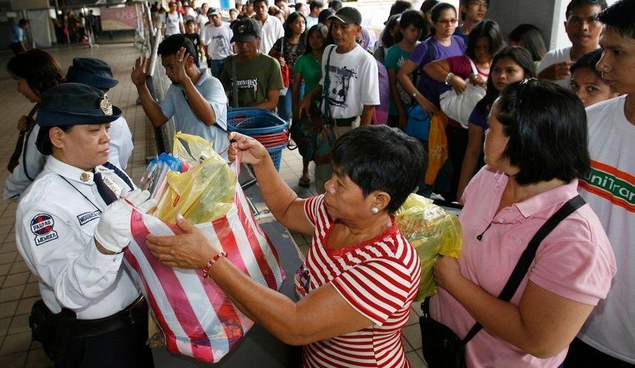 Le personnel de sécurité inspecte les sacs des passagers dans la gare de Manila, aux Philippines. Là-bas, la police nationale surveille de très près les lieux publics, comme les aéroports. La mort d'Oussama ben Laden a déchaîné les mesures anti-terroristes partout dans le monde.