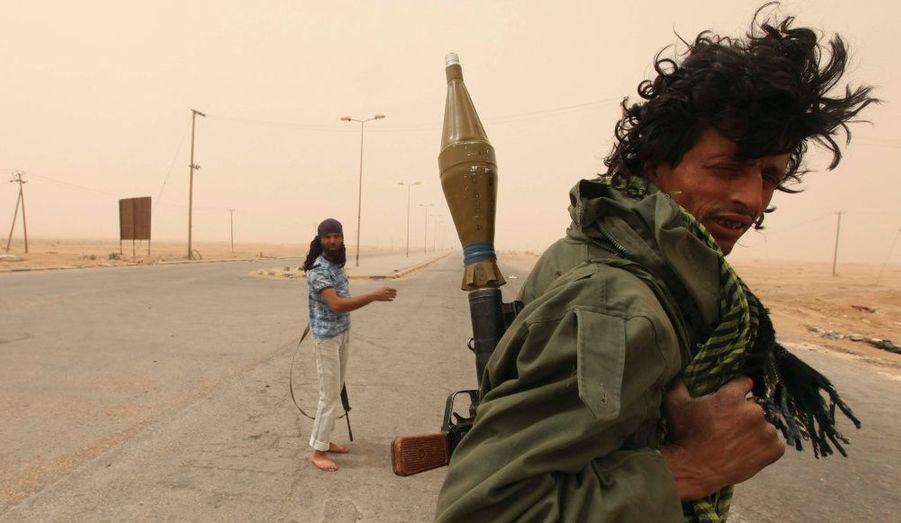 Des combattants anti-Kadhafi s'avancent vers l'entrée d'Ajdabiyah, dans l'Est de la Libye, où la tension est de plus en plus forte et où les combats s'intensifient.