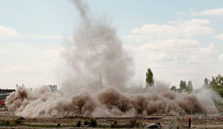 Destruction d'une cheminée d'usine à Vienne, en Autriche, avec l'intervention d'artificiers de l'armée autrichienne.