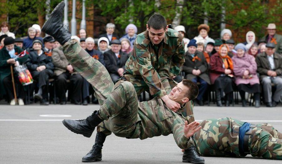 Des élèves-policiers donnent une démonstration devant des vétérans de la Seconde Guerre mondiale à Krasnoïarsk, en Russie. La Russie et d'autres pays fêteront prochainement le 66e anniversaire de la victoire sur l'Allemagne nazie.