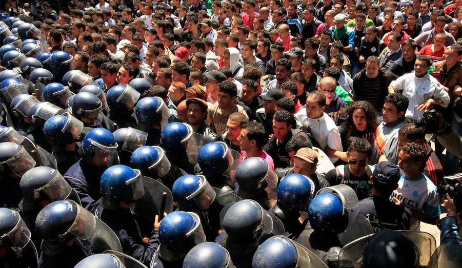 Des étudiants qui manifestaient hier dans les rues d'Alger pour un changement politique ont fait face aux forces de l'ordre anti-émeutes.