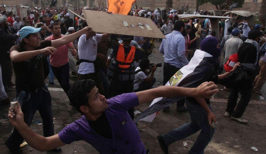 Des manifestants jettent des pierres sur les soldats de l'armée lors d'affrontements place Abbasiya,à proximité du ministère dela Défense, au Caire.