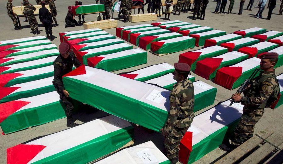 Israël a remis ce jeudi aux autorités palestiniennes les dépouilles de dizaines de militants palestiniens dans l'espoir déclaré de faciliter par ce geste une relance des initiatives de paix. Les activistes étaient inhumés, certains depuis plusieurs dizaines d'année, dans un cimetière militaire israélien de la Cisjordanie occupée.