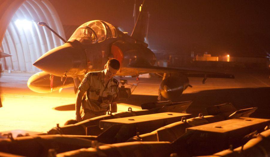 Devant les hangars, l'armement des Mirage 2000 en attente d'installation