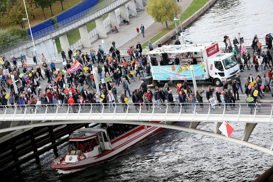 Des manifestants sont descendus dans les rues de Berlin pour protester contre l'arrivée de l'extrême droite au Parlement allemand, le 22 octobre 2017.